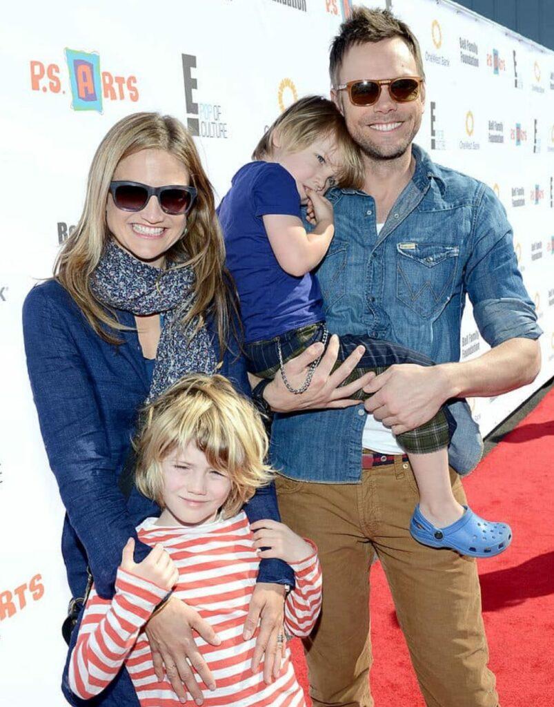 Sarah Williams Bio; net worth, husband, career, age, ig, height, Joel McHale's wife
